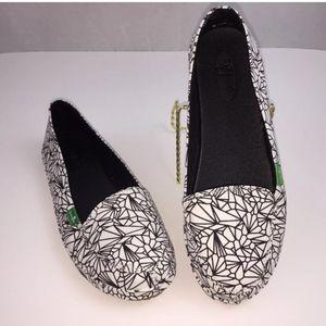 Sanuk Loafers Size 7 Slip Ons Geometric